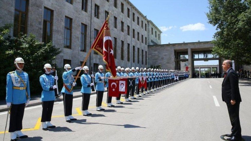 أردوغان يتفقد تشكيلة من الحرس عند وصوله إلى مقر البرلمان الذي عقد جلسة خاصة