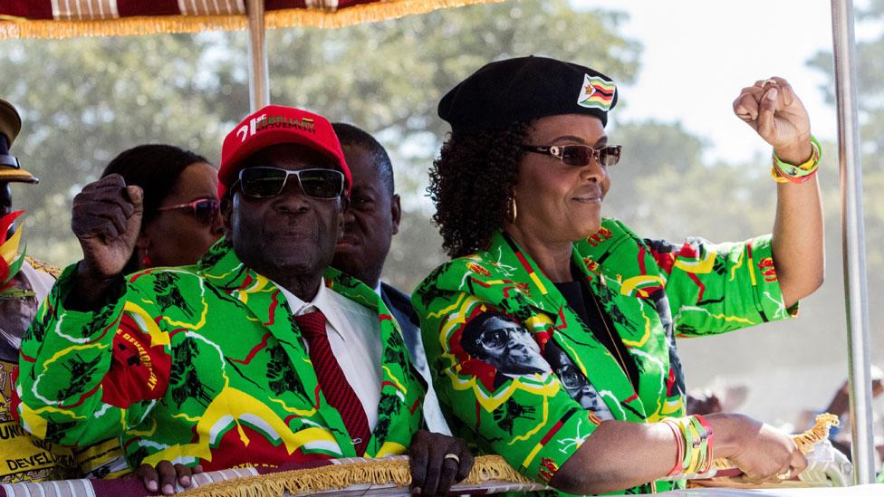 Robert Mugabe junto a su esposa Grace