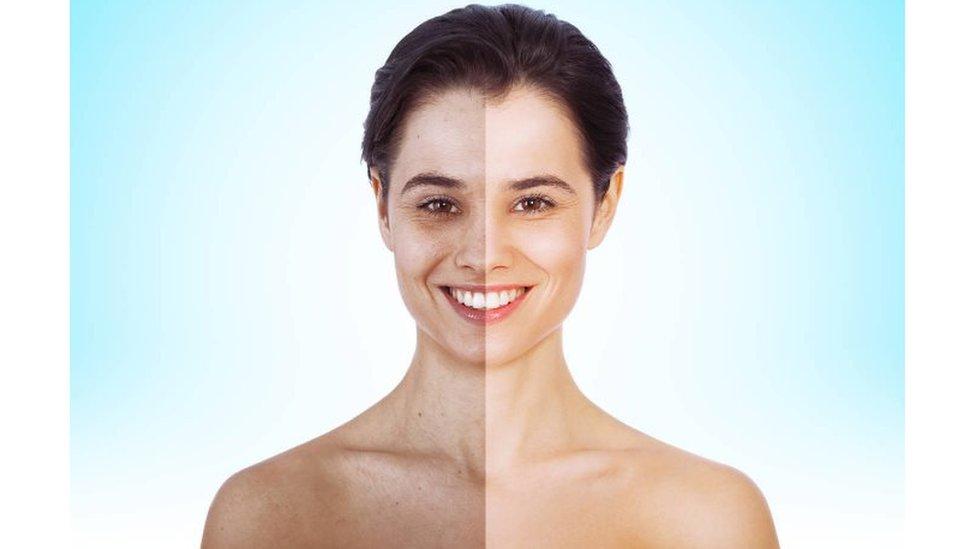 Una imagen de mujer con su rostro modificado digitalmente para parecer más brillante.
