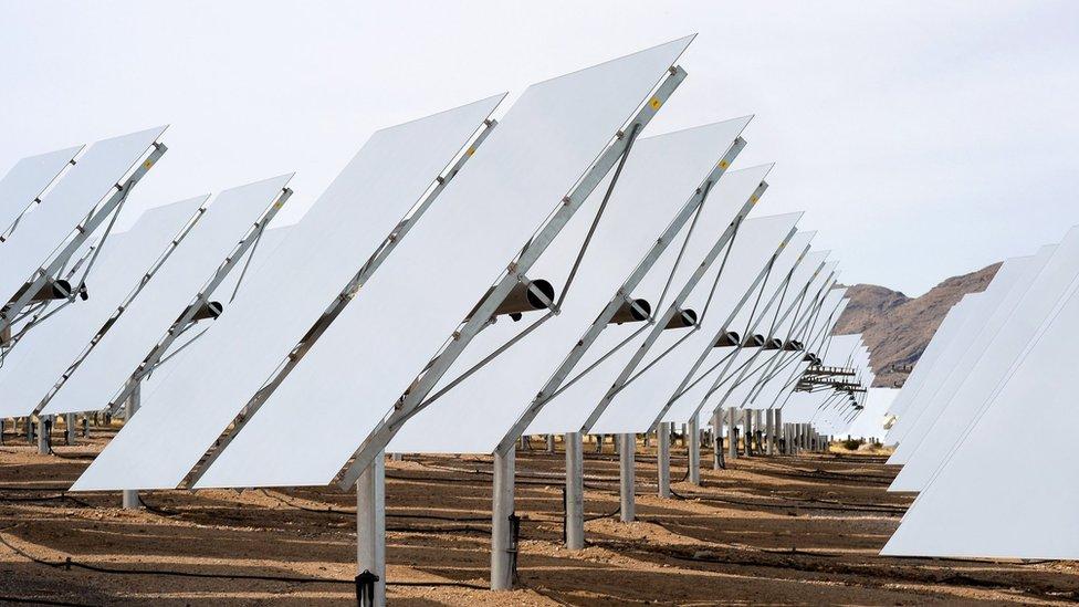 La generación de energía solar se ha incrementado en la última década en California a tal grado que la oferta sobrepasa la demanda.