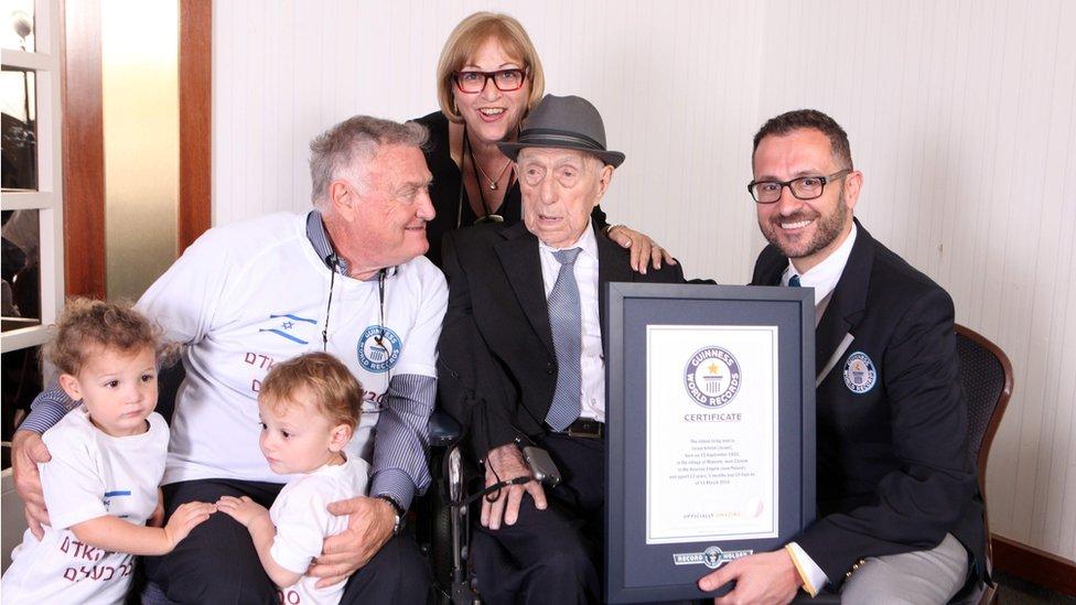 Marco Frigatti, de los Récord Guinness, presentó a Yisrael Kristal con su certificado de ser el hombre vivo más viejo del mundo, en presencia de la hija de Kristal, su hijo y sus nietos.