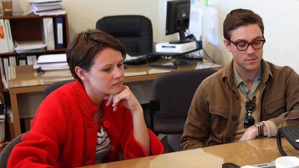 Una mujer y un hombre en una oficina de impuestos.
