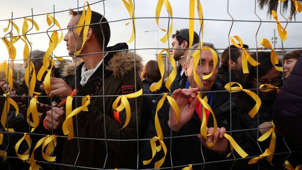 La gente ató listones amarillos frente al consulado alemán en Barcelona