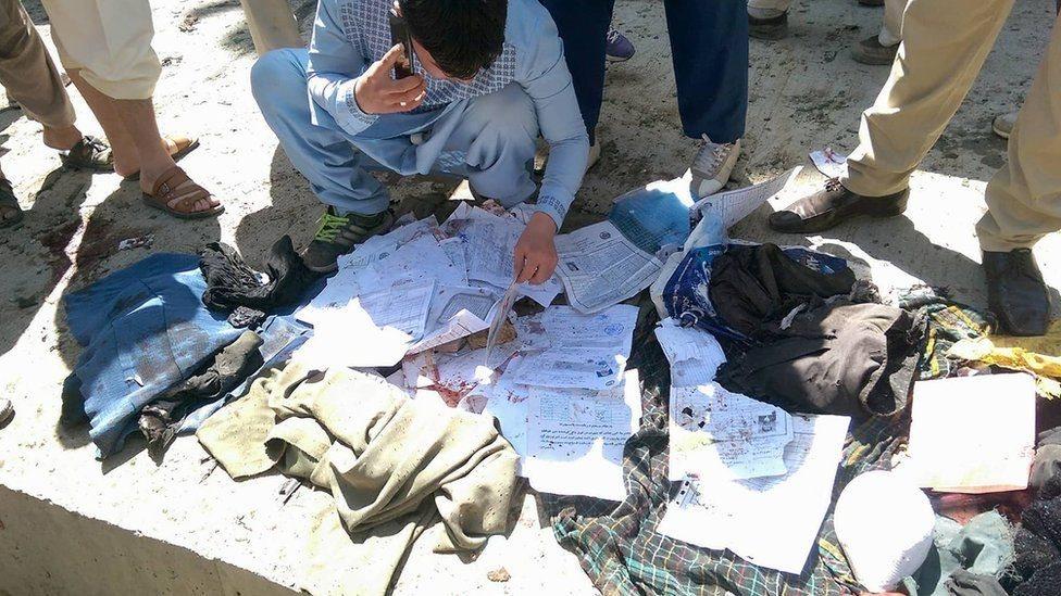 کابل کې د پېژندپاڼو پر مرکز ځانمرګي برید ۵۲ کسان وژلي او ۱۱۲ یې ټپیان کړي