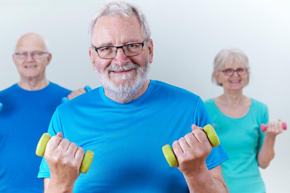 Personas mayores haciendo ejercicio.