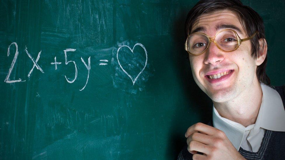 Nerd con ecuación que da como resultado amor.