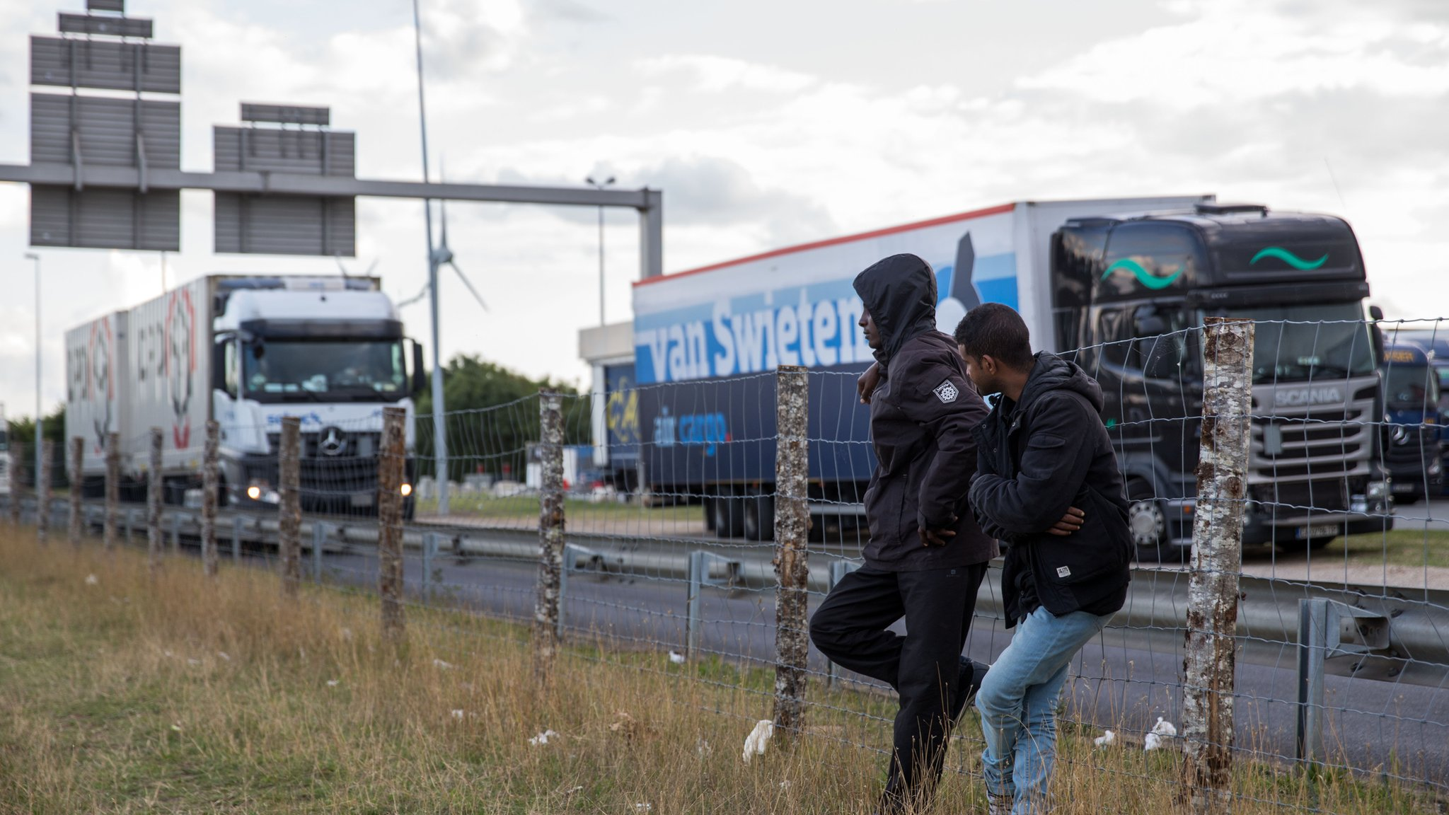 Extra fencing and sniffer dogs are to be offered to Calais to help deal with the migrant crisis, Prime Minister David Cameron says.