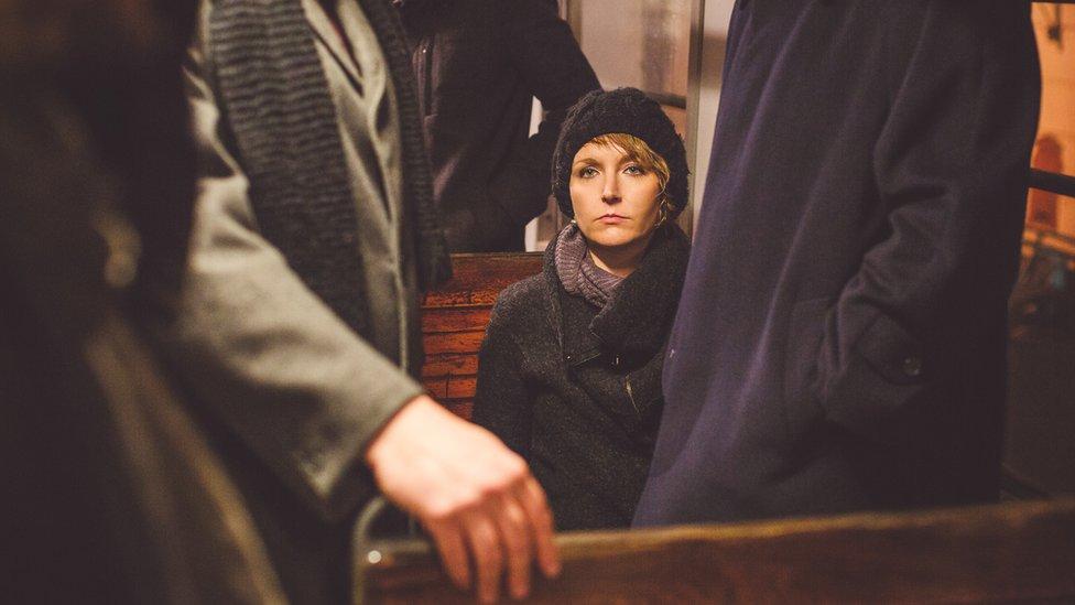 Chica en tren sola
