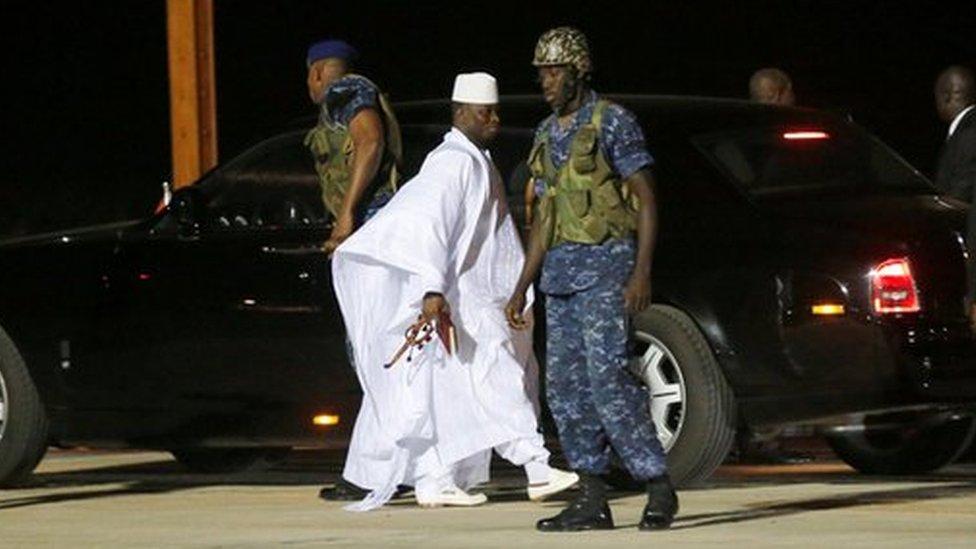 يحيى جامع يغادر غامبيا إلى المنفى.