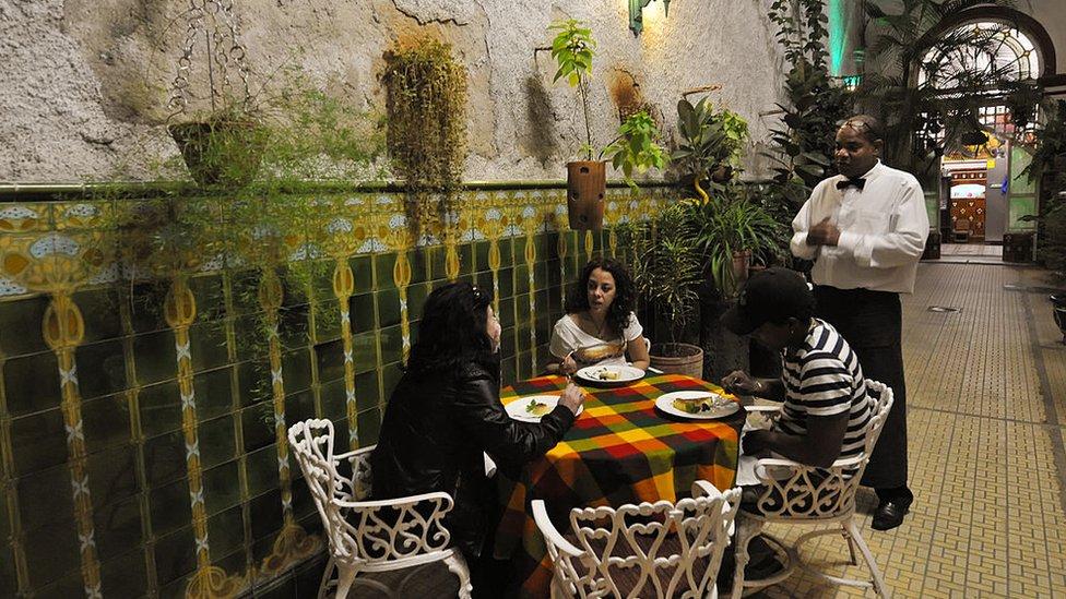 """Muchos temen que las medidas sean la sentencia de muerte de las """"paladares"""", pequeños restaurantes típicos cubanos."""
