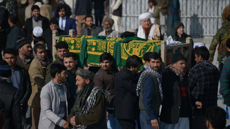 Un grupo de personas traslada el ataúd de uno de los miembros de la Cruz Roja afgana que murieron el 9 de febrero de 2017 en el norte de Afganistán.