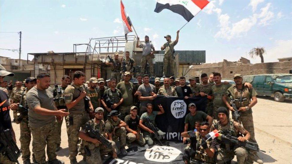 أفراد من قوات الجيش العراقي يحتفلون باستعادة الموصل من قبضة تنظيم
