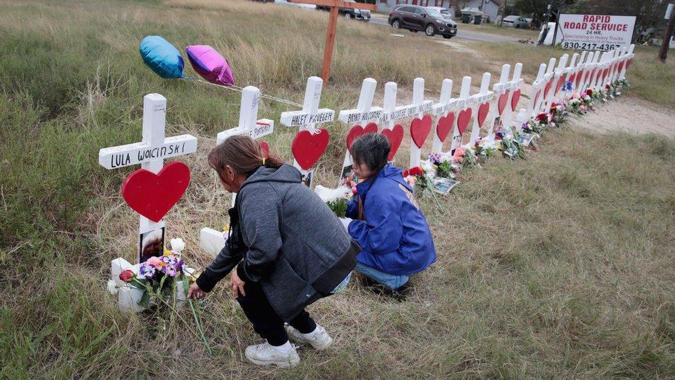兩名婦女為紀念大規模射擊的受害者而獻花