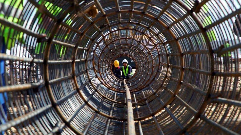 China ha prometido invertir un billón de dólares en infraestructura fuera de sus fronteras.