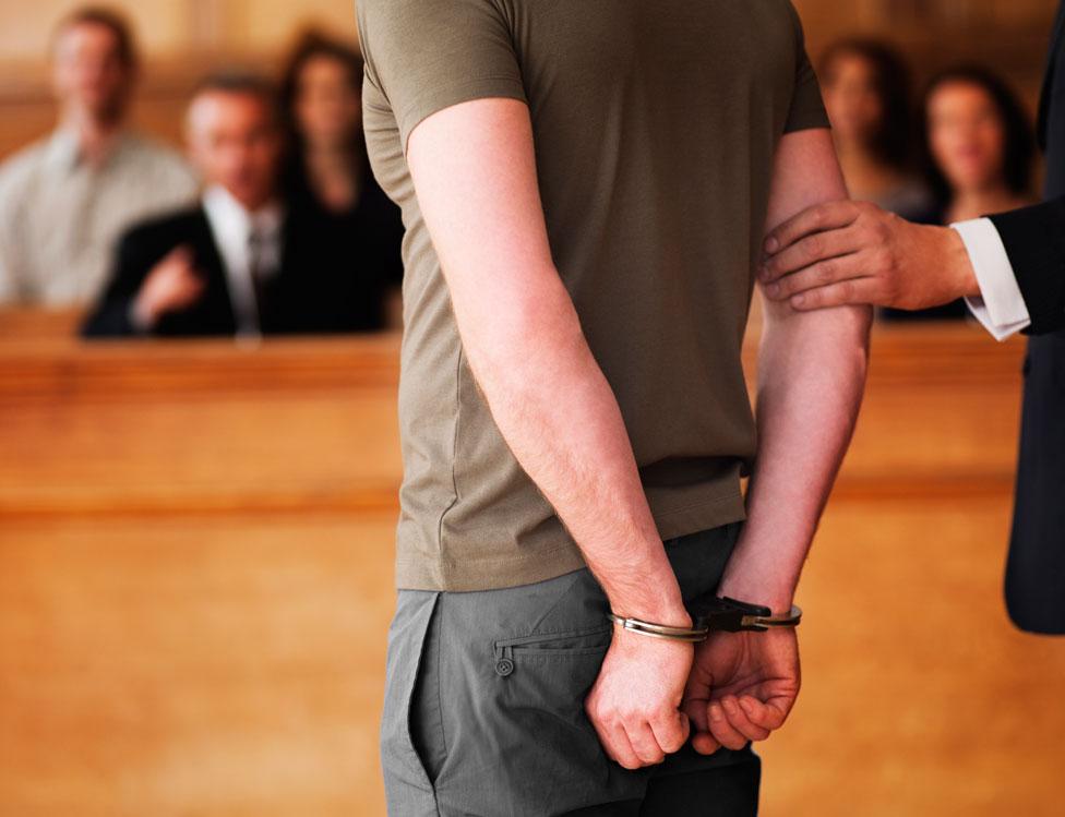 Hombre esposado frente a un jurado