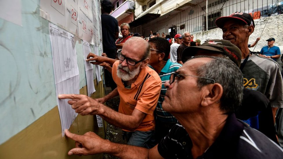 Los votantes de más de 250 colegios electorales fueron reubicados a última hora.