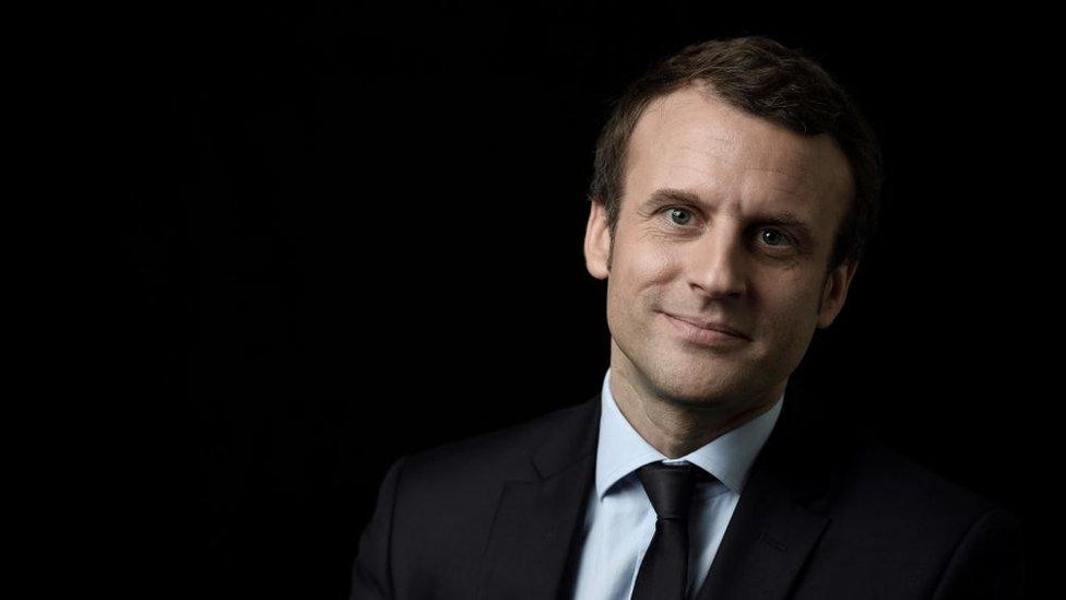 Emmanuel Macron en un fondo negro.