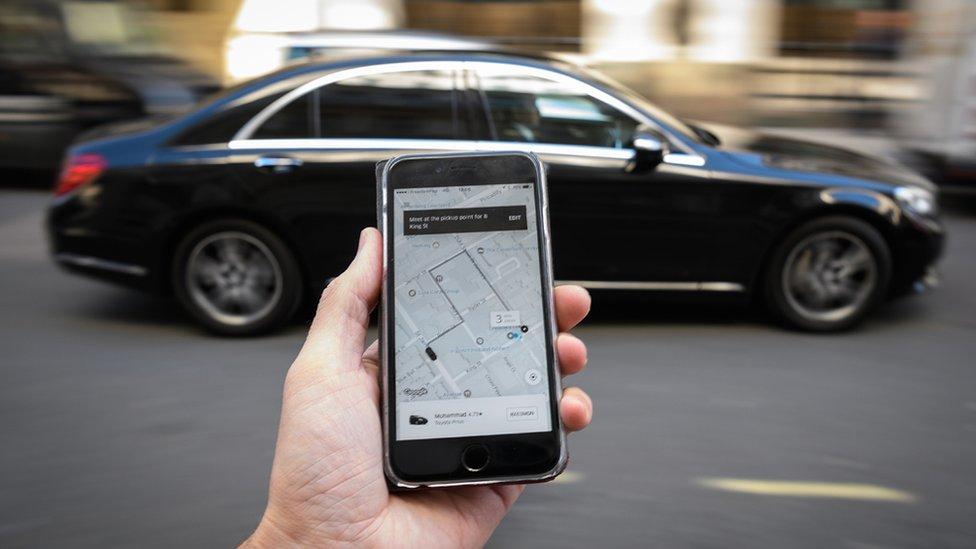 Un tribunal de justicia europeo dictaminó que Uber deberá asumir las normas que rigen las empresas de servicios de transporte.
