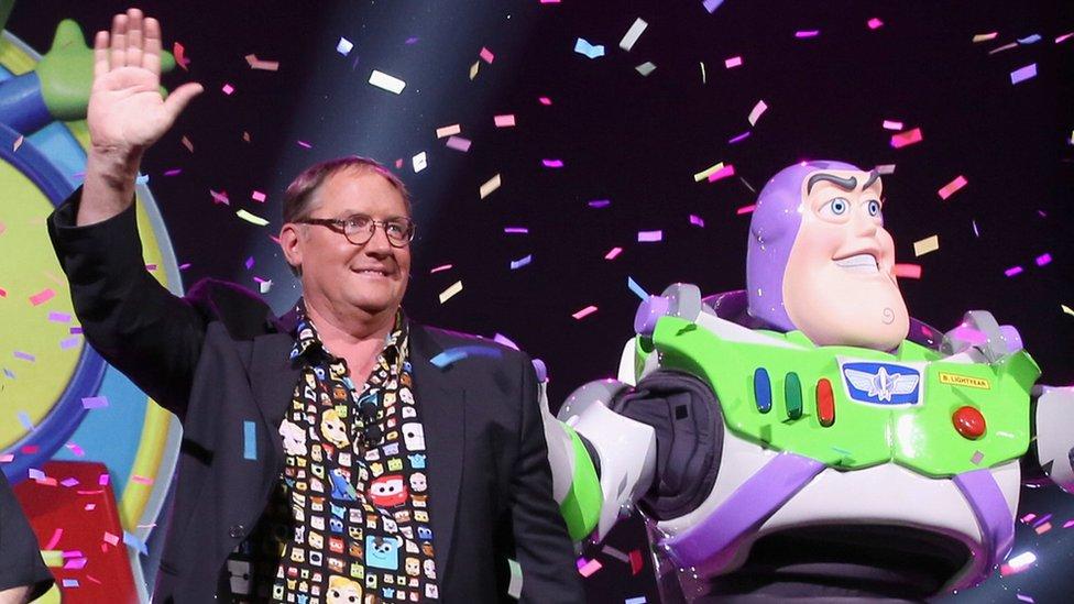John Lasseter junto al personaje Buzz Lightyear.