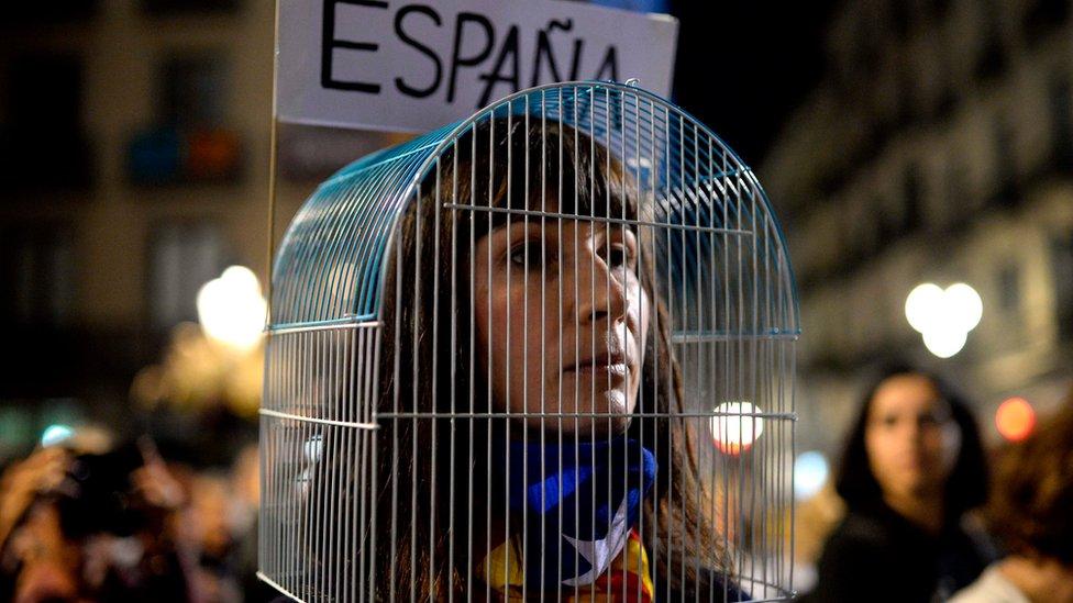 En Barcelona, cientos de miles de independentistas protestaron contra el encarcelamiento preventivo de ocho exconsejeros del gobierno catalán.