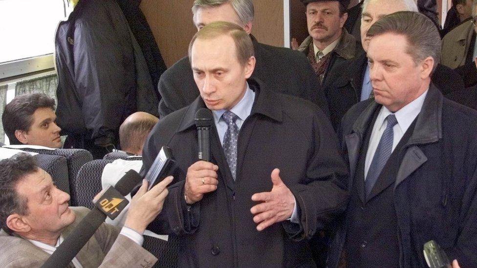 بوتين يتحدث إلى الإعلام على متن أحد القطارات في مارس/آذار 2000