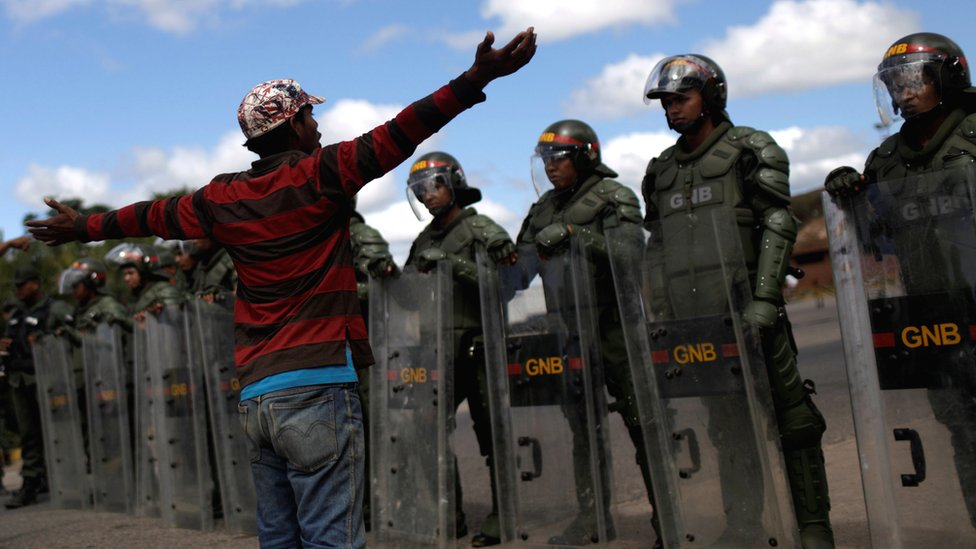 Venezuela crisis: Border clashes as aid row intensifies