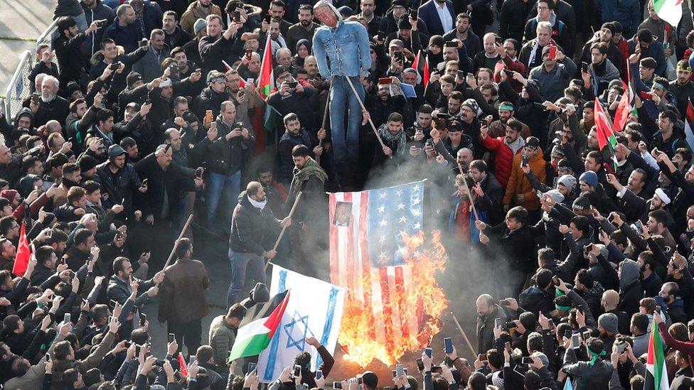Manifestantes queman la bandera de EE.UU.