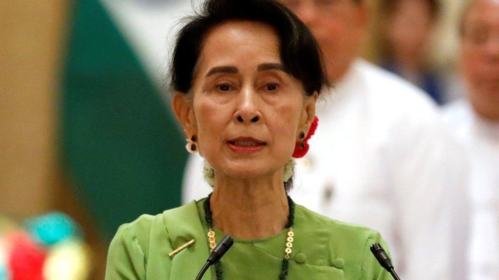 外界對翁山蘇姬寄予很高期望,以為她有化解國內任何問題的權威和能力。(BBC中文網)