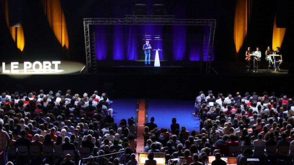 """Mélenchon """"se subió"""" a los escenarios de isla Reunión en forma de holograma..."""