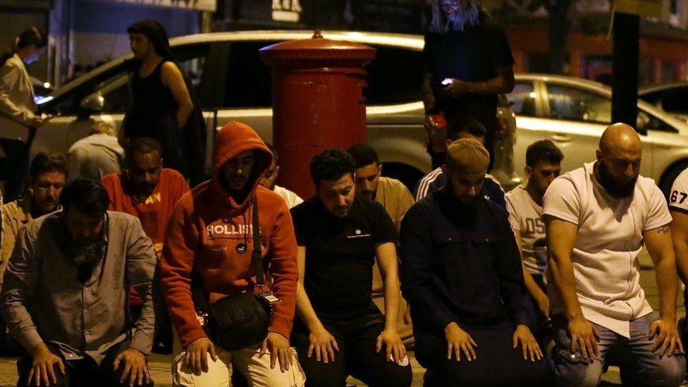 المصلون صلوا في الشارع بعد الهجوم
