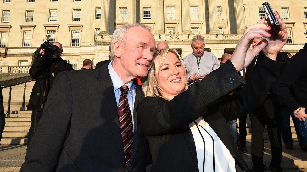 El fallecido Martin McGuinness, fotografiado con Michelle O´Neill, líder del Sinn Fein.