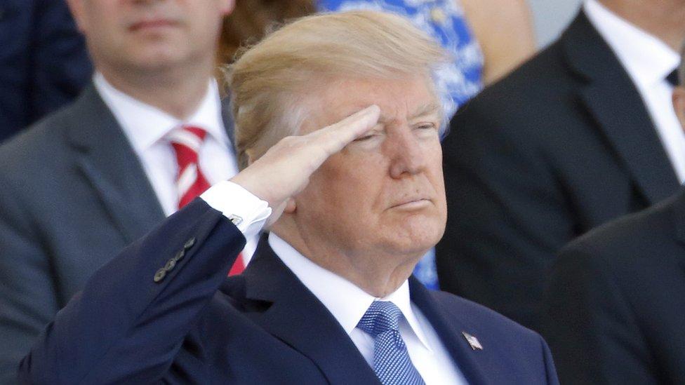 Trump saluda a las tropas en el desfile del Día de la Bastilla durante su visita a Francia el año pasado.
