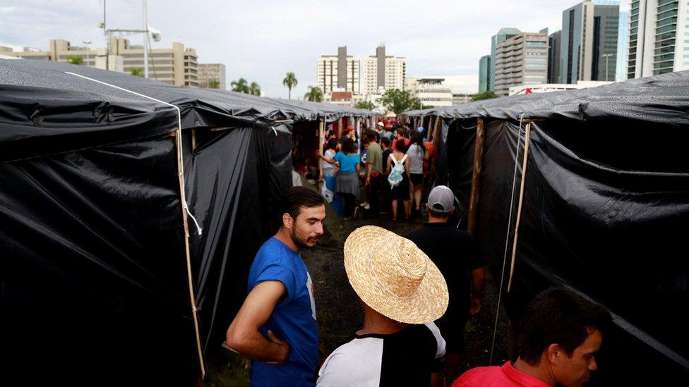 Manifestantes de Frente Brasil Popular acampados en Porto Alegre