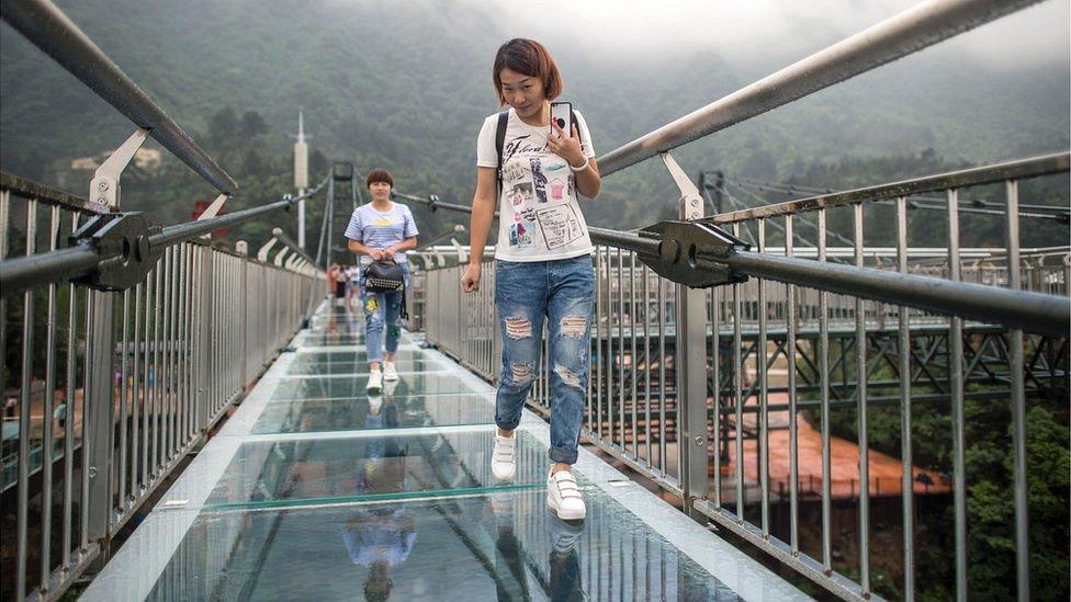 turistas sobre la plataforma de cristal