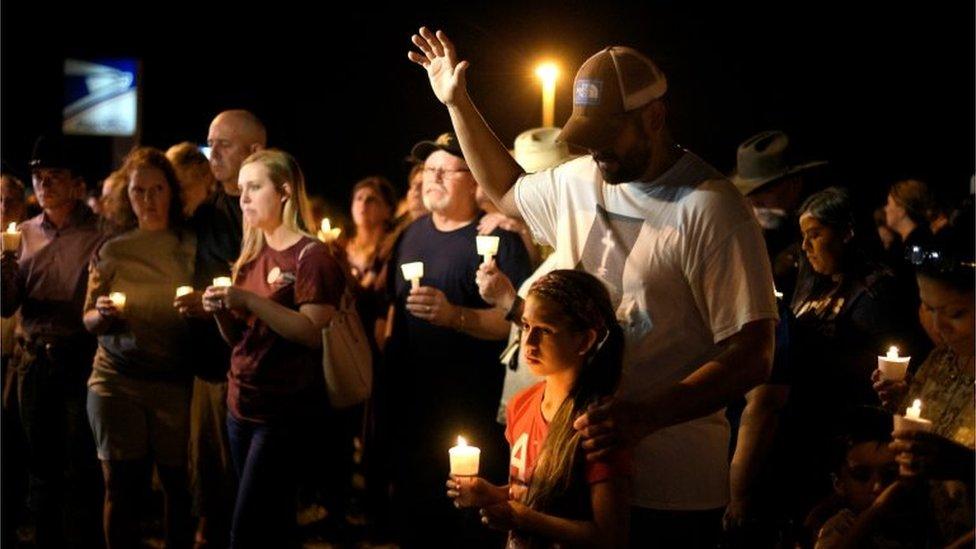 Cientos de personas se congregaron en la noche del domingo en homenaje a las víctimas de la masacre de Texas.