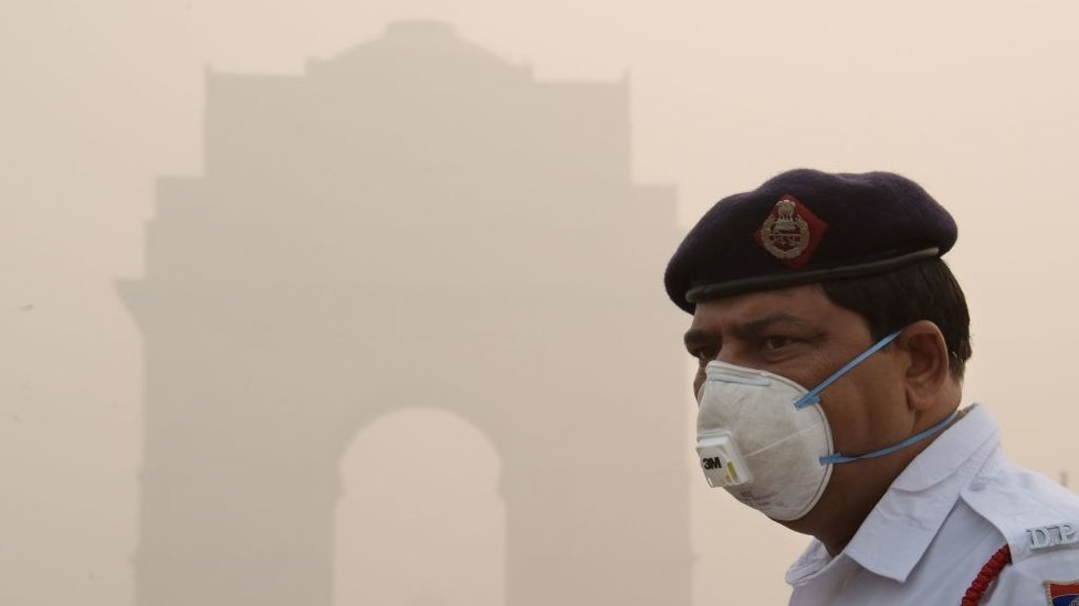 Policía con máscara para protegerse de la contaminación