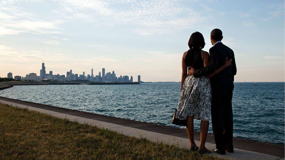 Barack y Michelle Obama en una foto distribuida por la Casa Blanca.
