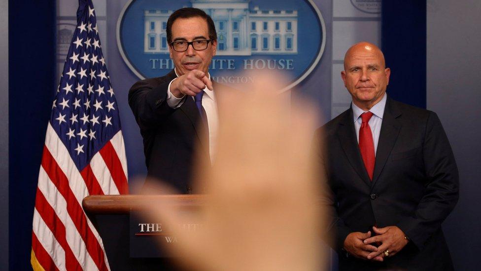 Las nuevas sanciones de EE.UU. contra el presidente Maduro fueron anunciadas por el secretario del Tesoro Steven Mnuchin (I) y el asesor de seguridad nacional H.R. McMaster.