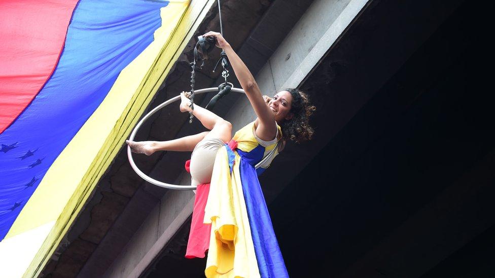 Activista opositora colgada de un puente.