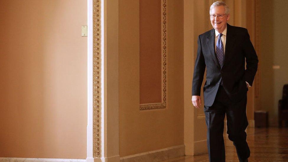 Los senadores republicanos como Mitch McConnell están discutiendo a puertas cerradas los últimos detalles del recorte impositivo.
