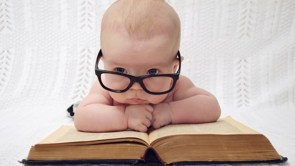 Bebé con anteojos