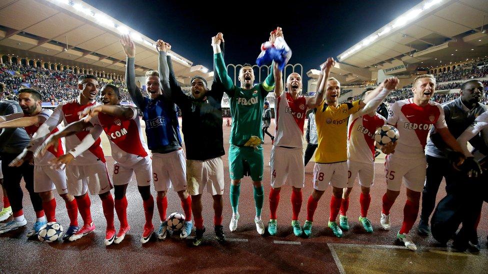 لاعبو موناكو يحتفلون مع مشجعيهم بالتأهل