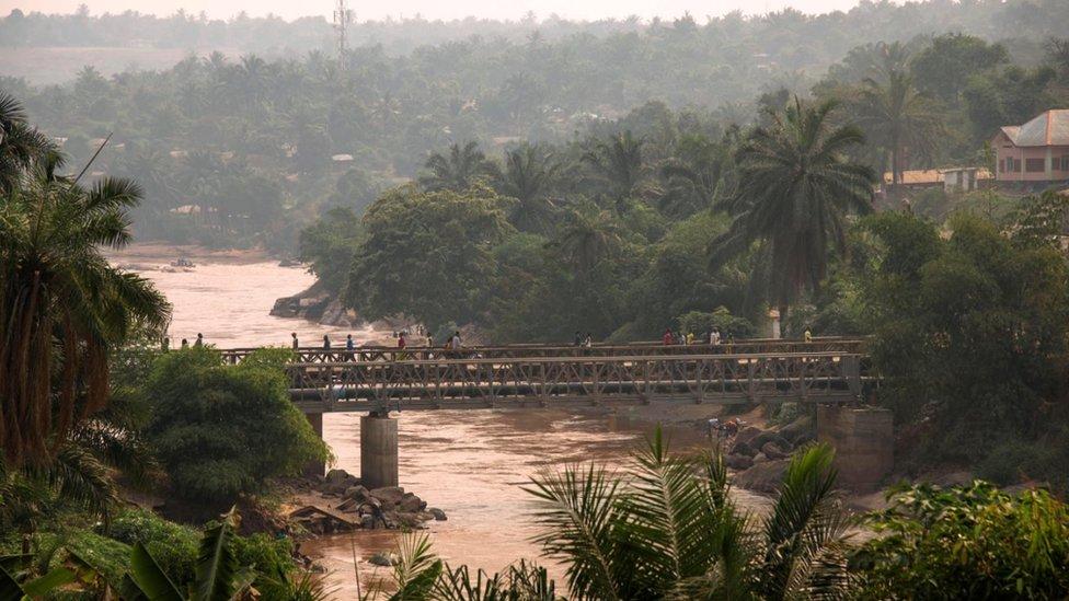 Personas caminan sobre el puente Kasai que une los dos lados de Tshikapa en RDC.
