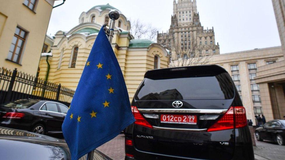 Un carro oficial de la UE parqueado en el Ministerio de Exteriores ruso en Moscú.