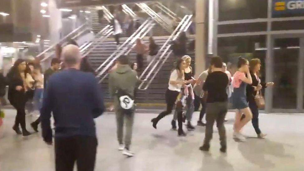 Jóvenes desalojan el estadio Manchester Arena.