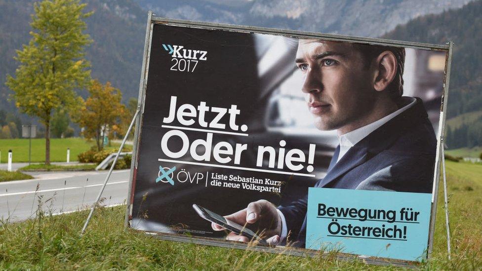 Valla publicitaria con propaganda de Kurz.