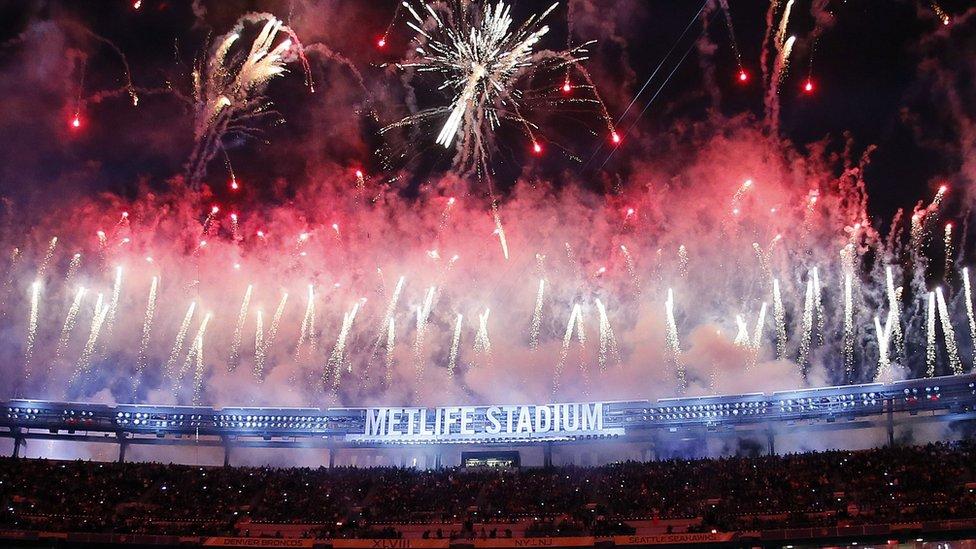 Fuegos artificiales durante el Super Bowl.