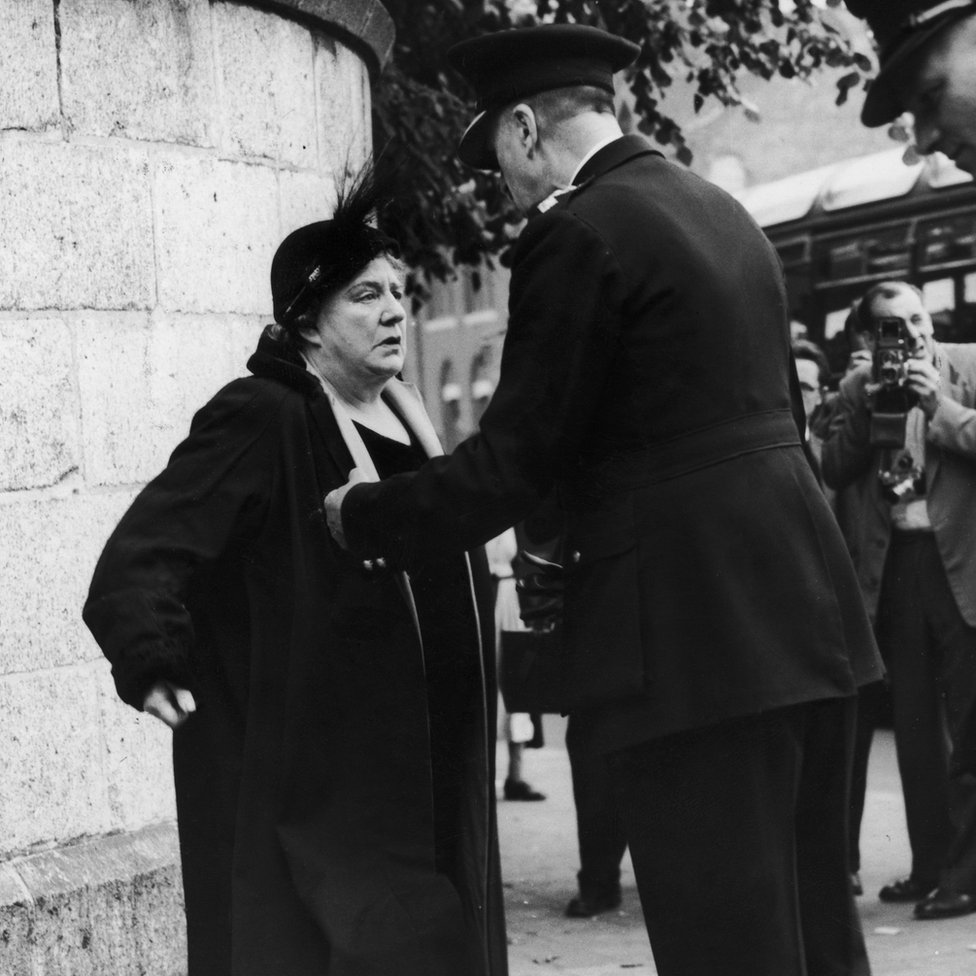 Violet Van Der Elst (1882-1966), una activista en contra de la pena de muerte, se niega resiste a dejar su posición frente a la prisión de Holloway, en Londres, el 13 de julio de 1955, día de la ejecución de Ruth Ellis.