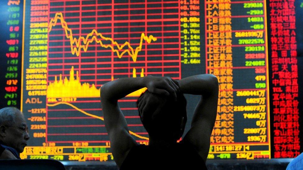 一位股民在看股市漲跌