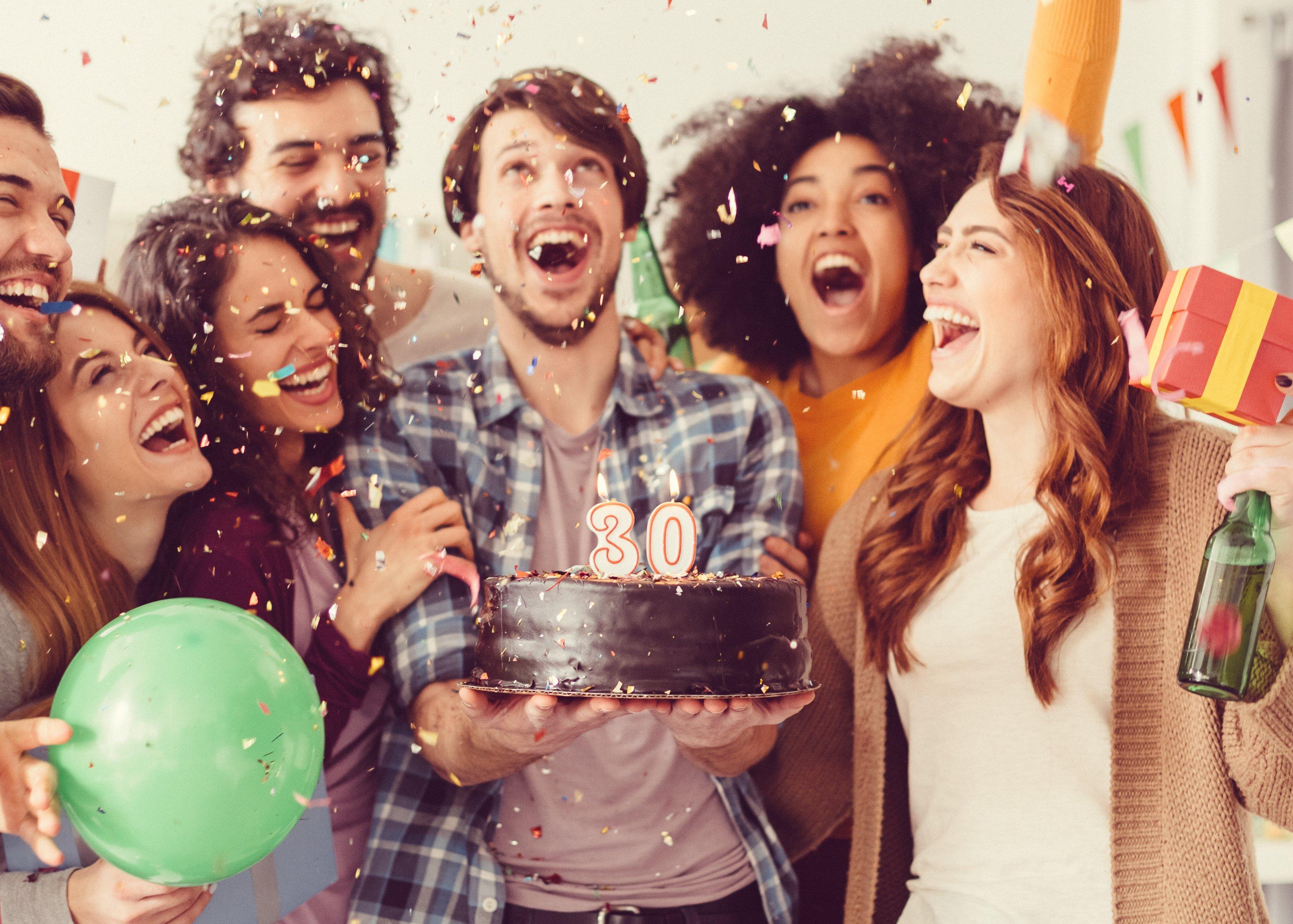 Un grupo de personas celebrando un cumpleaños